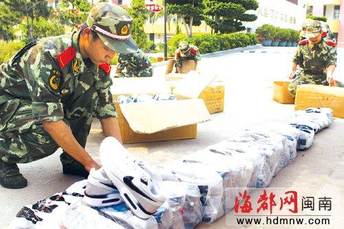<b>警方设伏截获2.8万双冒牌鞋</b>