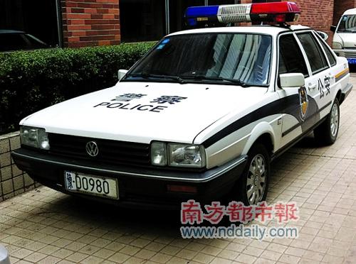 陕西警车挂两省车牌 称或因办完案后忘记换