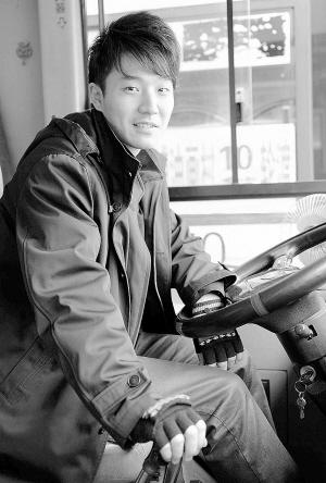 乘客偷拍10路公交司机并发上微博帅气公交司机走红网络