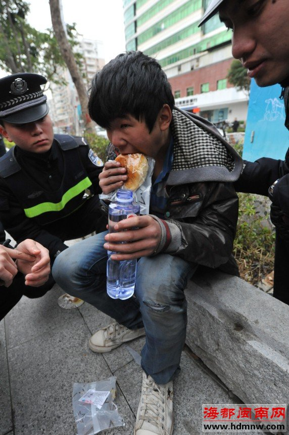 千里寻父父不认这个儿16岁贵州男孩4天没吃饿晕街边