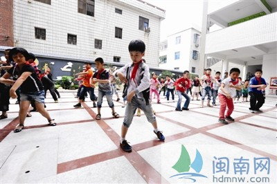 2300名小学生 跳街舞说唱古诗