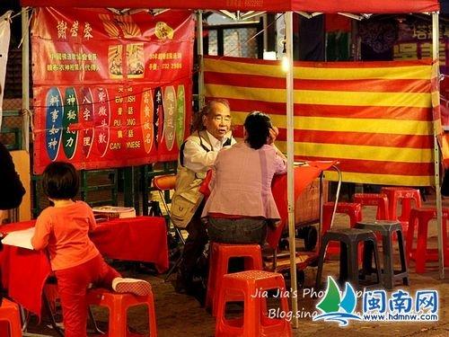 ...庙街以售卖平价货的夜市而闻名,可以说是香港的平民夜总会....