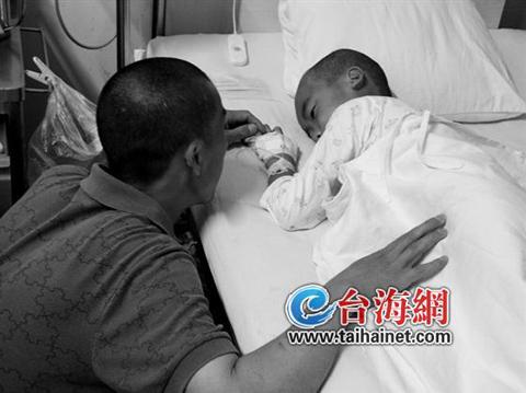 男孩病情不乐观 父亲盼妻回来陪陪孩子