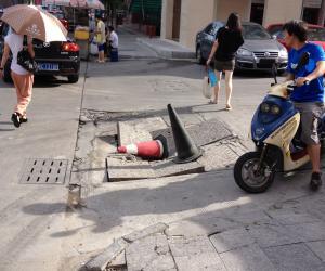 工地施工井盖一月坏三次行人过往危险
