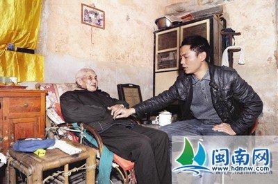 黄贺乐十分孝顺,接受采访时也不忘给爷爷整理衣服