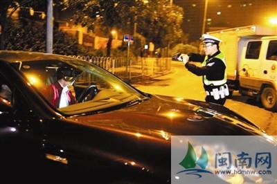 广州一交警逼停豪车