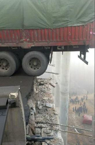 河南连霍义昌大桥炸坍事故1