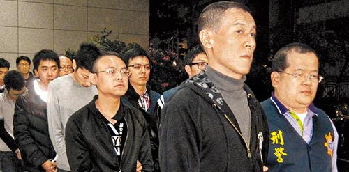 竹联帮释小龙_警方逮捕案件主嫌竹联帮风堂堂主张国强(右二)等8人,昨讯后移送台北