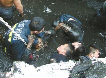 消防队员跳下化粪池里救人。