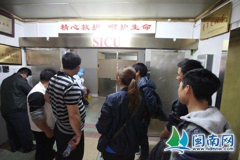 多名从晋江赶来的贵州习水老乡正在守候