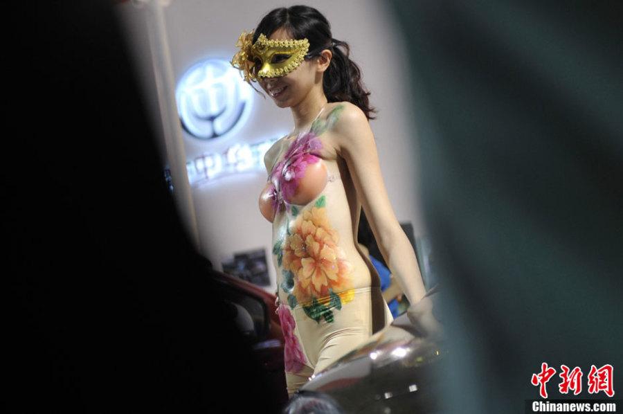 5月16日,在地脊正西太原举行的壹场车展上,人体彩绘车