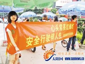 劝阻中国式过马路漳志愿者排成人肉斑马线
