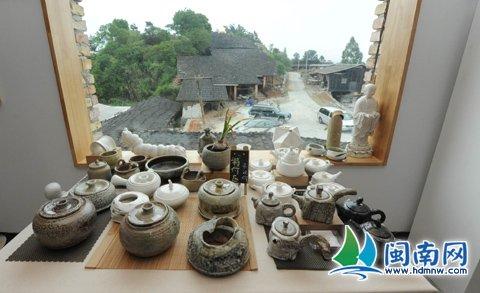 在月记窑展厅,颇具艺术气息的陶瓷作品,正等待买家