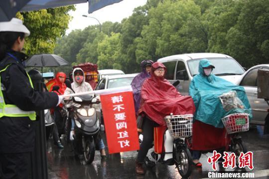 江苏盐城治理中国式过马路