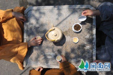 在雪峰寺,僧人在品茶悟道