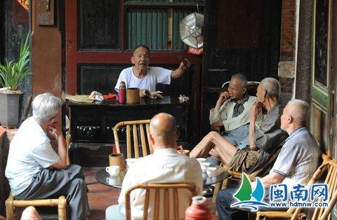 老许每天下午2点到4点都会到后城的一家茶馆,与听友