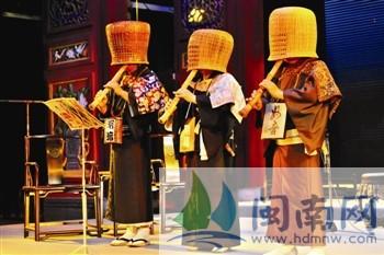 """日本泉州会的演出成员手拿着""""尺八""""乐器"""