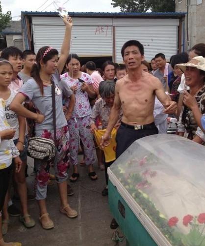 悲愤的家属与上千村民在政府所在地附近搭设灵棚,堵
