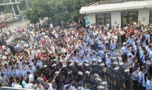 7月15日,陕西神木县政府前,上千民众聚集 拷贝