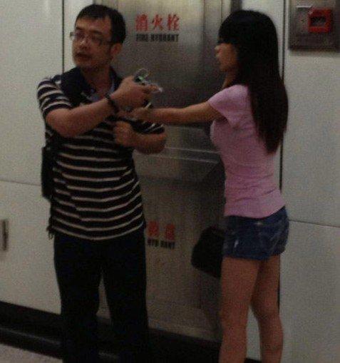 女子地铁上抽猥琐男_上海猥琐男解女子内衣发泄 称地铁太挤无意骚扰