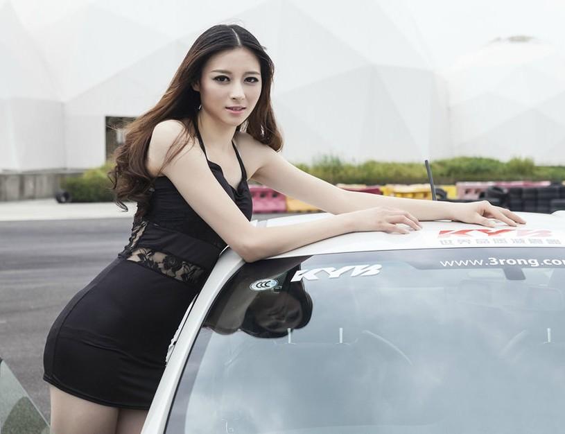 美女車模秀火辣s線身材 黑色短裙性感誘惑(圖)圖片