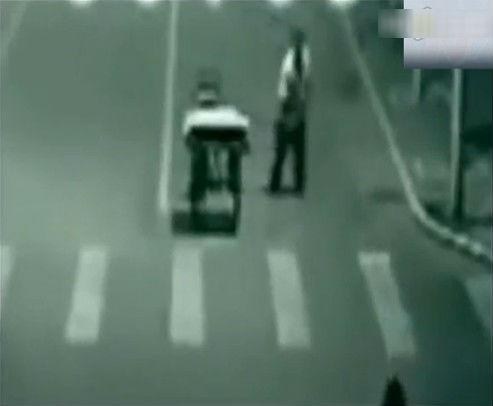 三轮车被撞瞬间遭神秘转移_超诡异车祸现场惊爆眼球 三轮车被撞刹那遭神秘人瞬