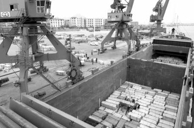 石井镇码头工人们正将石材装上船