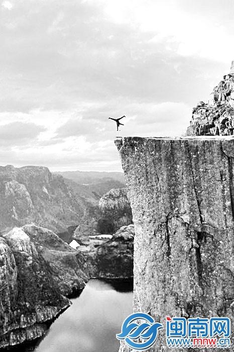 挪威艺术家 600米高悬崖边单手倒立图片