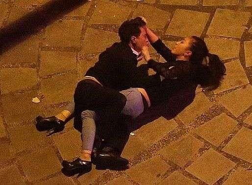 新闻中心 社会新闻 正文    今日凌晨,一对情侣在青羊区家园路街头图片