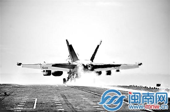 据美国海军网报道,当地时间10月24日、25日两天,美国海军华盛顿号核动力航空母舰在中国南海海域进行了舰载机起降训练,其间还与马来西亚海军进行了联合演习。美国海军网称,华盛顿号航母是在执行例行巡逻任务,以保证美国及其盟友在印度-亚太区域的海上利益。   推荐阅读: