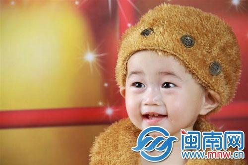 两百多名可爱的宝宝报名参加了幼儿组的比赛