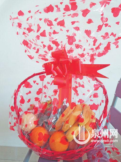 水粉画水果篮-记者购买的精装水果篮表面光鲜亮丽,内里却充斥烂水果和纸板.-泉