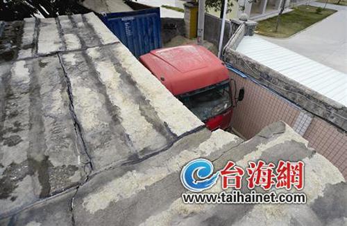 载沙集装箱车为抄近路开进村道 撞裂翔安居民房屋
