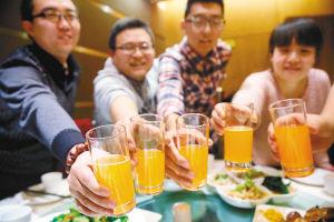 好友聚会_几位大学好友选择在校外茶餐厅聚餐