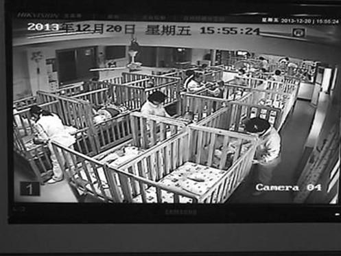 """监控视频截图   南京社会儿童福利院的弃婴岛(正式名称为""""婴儿安全岛"""""""