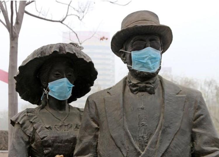 2013年12月24日,河南省郑州市,位于金水区东风渠公园的雕塑被饱受连续雾霾折磨的市民戴上了口罩。新社发 王子瑞 摄   2013年12月24日,河南省郑州市,位于金水区东风渠公园的雕塑被饱受连续雾霾折磨的市民戴上了口罩。当日下午3时,郑州市城区空气质量信息发布系统显示,郑州城区9个监测点位,均为污染最高级别严重污染,两个点位的空气质量指数达到最高值。   其中,郑州市监测站点位一直到下午5时都持续在500。据郑州市环境监测中心站有关人士分析,当日是郑州入冬以来空气质量最差的一天。与以往首要污染物P