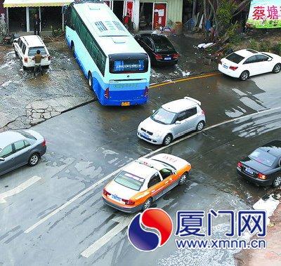 路边洗车店直接把洗车污水排放到路面上