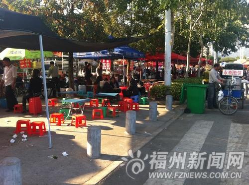 福州动物园门口春节摆满小吃摊 乱扔垃圾让游客闹心