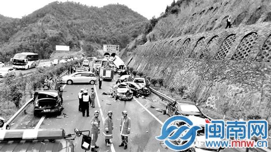 高速靠近洋畲隧道处,两辆轿车发生追尾事故,都停在了高速路中高清图片