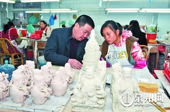 福建省工艺美术大师林建胜在指导学徒进行创作