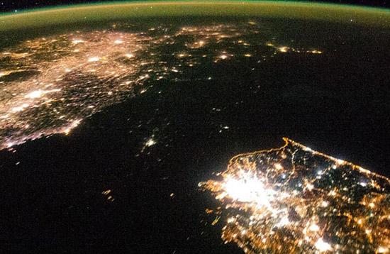 卫星图片:朝鲜半岛夜晚 南边灯火通明北边漆黑