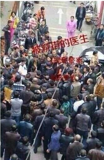 广东潮州发生严重辱医事件:死者家属押医生游行