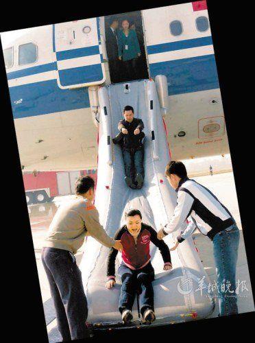 飞机成功迫降后,旅客要立刻解开安全带逃离.