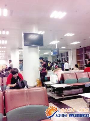乘客们滞留26登机口
