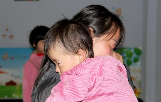 石狮2岁女孩被弃公园追踪:妈妈备受煎熬自首