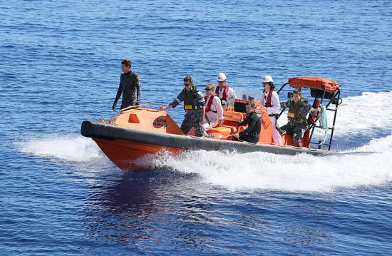 澳大利亚潜水员下海搜寻失联马航mh370黑匣子(图)