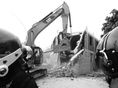冠洲村占地400平方米砖混二层违建被拆除