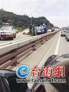 农用车侧翻堵路或被罚款2万污染面积520平方米