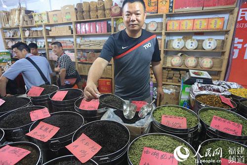 茶商向记者展示3600元一斤的野生金骏眉茶