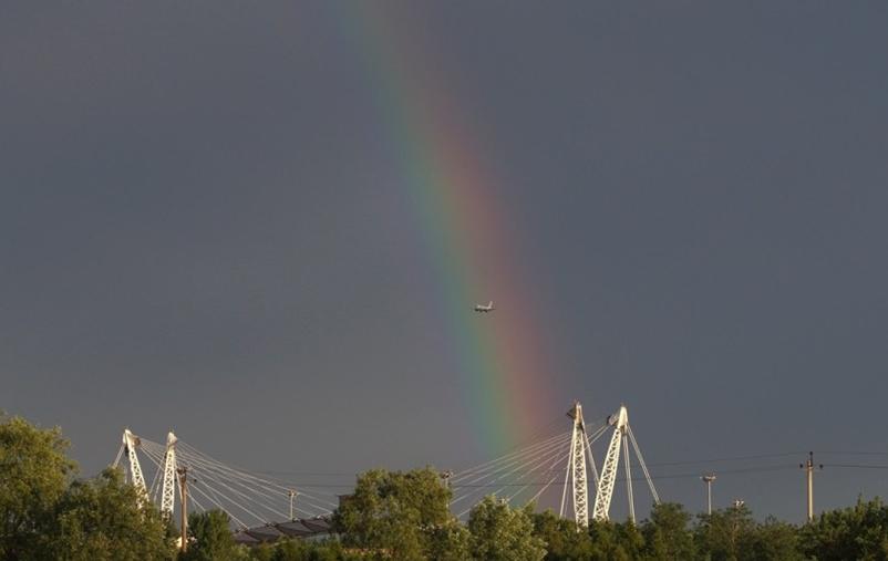 北京雨后定格飞机穿越彩虹瞬间美景(组图)